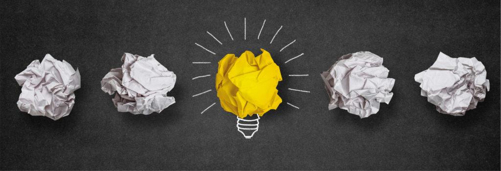 bolinhas de papel gastas no processo de pensar em inúmeras formas de chegar à essência do problema que se busca resolver.